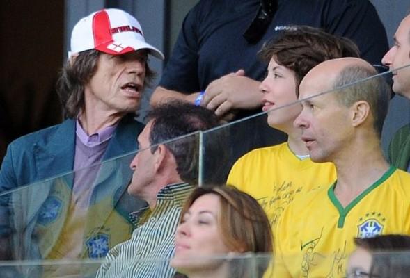 """O """"pé frio"""" Mick Jagger assistindo ao jogo no Mineirão. (Imagem: Reprodução)"""
